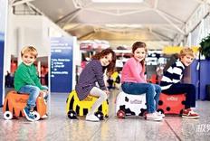 外国人的小孩真会玩儿,行李箱当车开