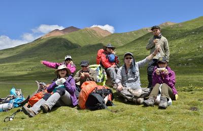 重装徒步穿越在海拔4000米的高地之上
