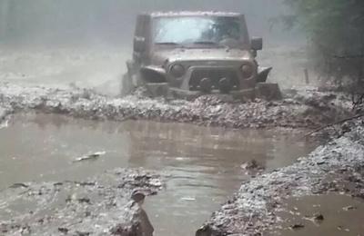 硬人硬车硬穿雨后芦芽山