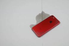 红色iPhone 7能防火吗?我泼上汽油把它点燃了